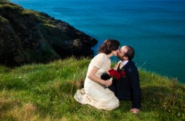 donegal wedding photographer couple kiss on roughey cliff walk in bundoran