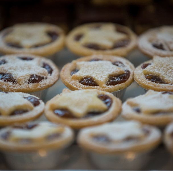 christmas wedding photo of mince pies